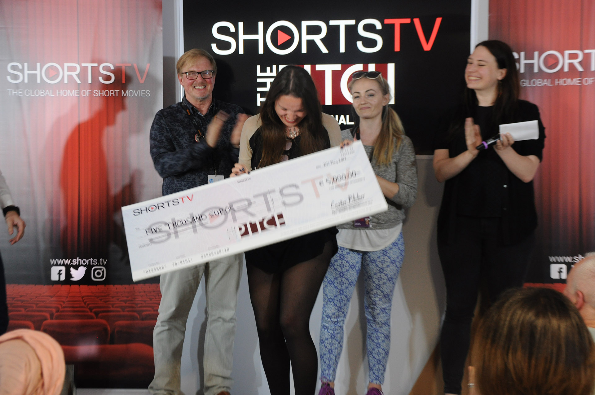 The jury award Kyla Simon Bruce with her cheque for 5000 Euros!